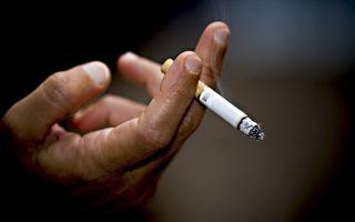 Где можно курить в многоквартирном доме: у себя в квартире, в окно или в туалете, законы 2020 года