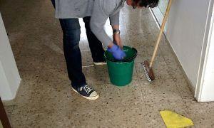 Должна ли управляющая компания убирать подъезд и как часто: нормативы, должностная инструкция уборщицы ЖКХ